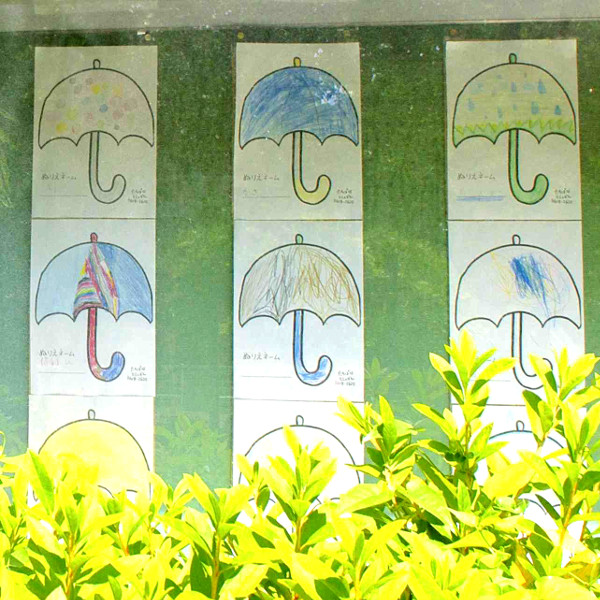 入口前にも子どもたちがぬった傘のぬりえが飾られていました。
